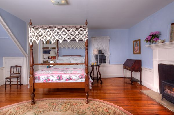 Canopy bed in the Blue Room of the Family Suite